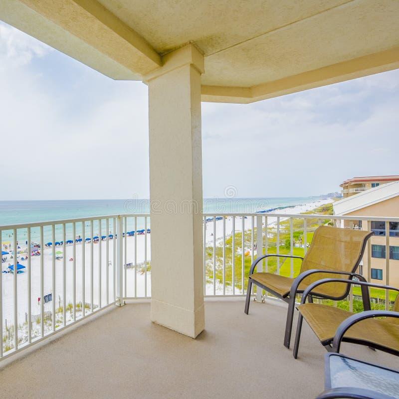Balcone, vista, oceano, spiaggia, acqua, sabbia, felicità, condomini, vacationrentals immagine stock