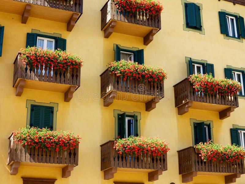 Balcones adornados con las flores en Italia fotografía de archivo libre de regalías