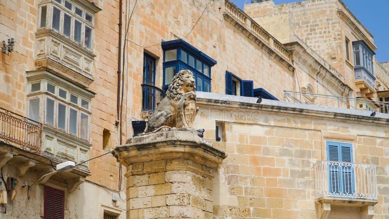 Balcones antiguos en la ciudad antigua de La Valeta, Malta fotos de archivo