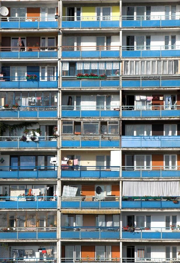 Balcones - bloque de viviendas. Tiro vertical foto de archivo libre de regalías