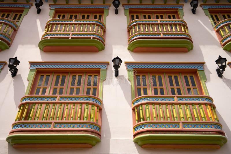 Balcones coloniales coloridos en Guatape imagen de archivo