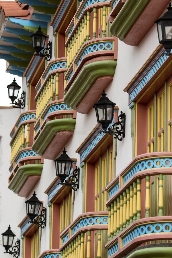 Balcones coloridos en Colombia fotografía de archivo