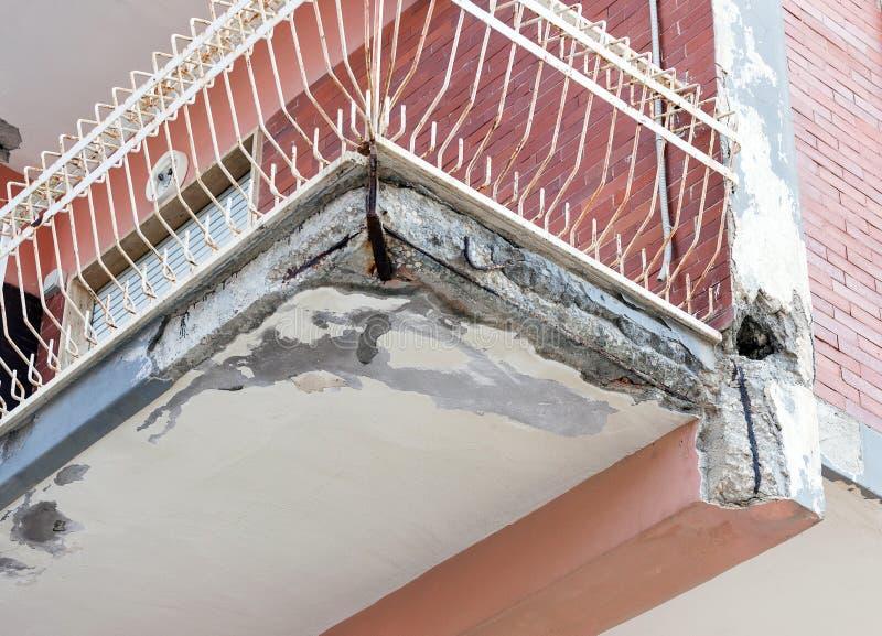 Balcones con la renovación que requiere concreta agrietada fotografía de archivo libre de regalías