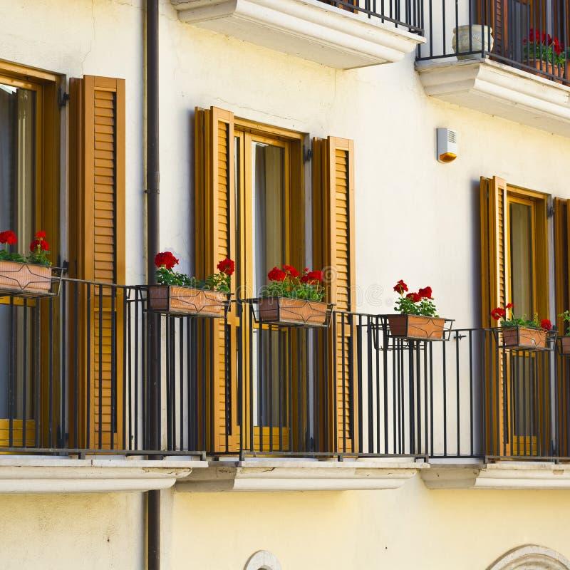 Balcones con las flores fotos de archivo libres de regalías