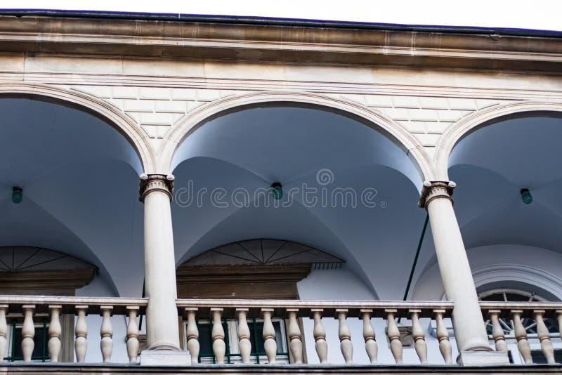 Balcones de la imagen, terrazas con los arcos y columnas en la yarda italiana en Lviv, Ucrania fotografía de archivo libre de regalías