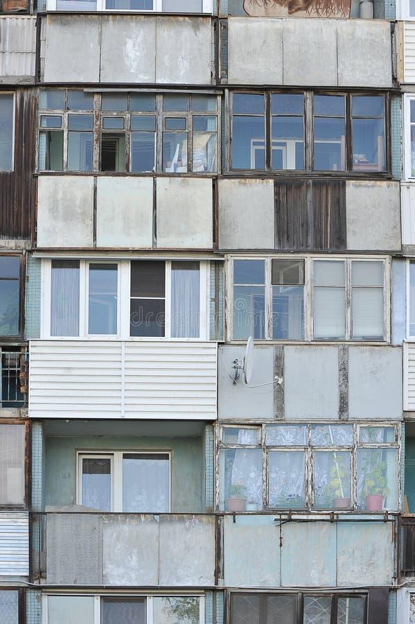 Balcones dilapidados viejos en la fachada de una construcción de viviendas fotografía de archivo