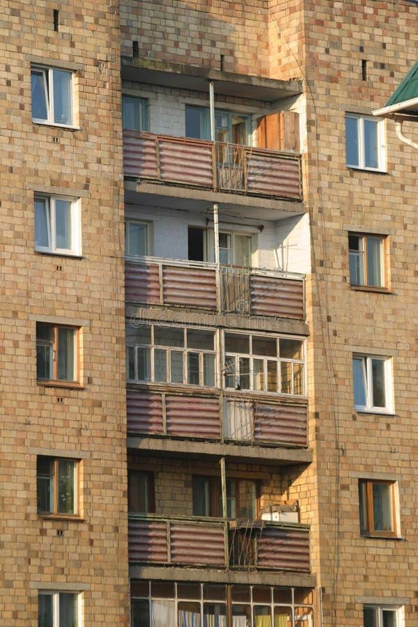 Balcones en la casa mucho-storeyed vieja. Mañana. foto de archivo