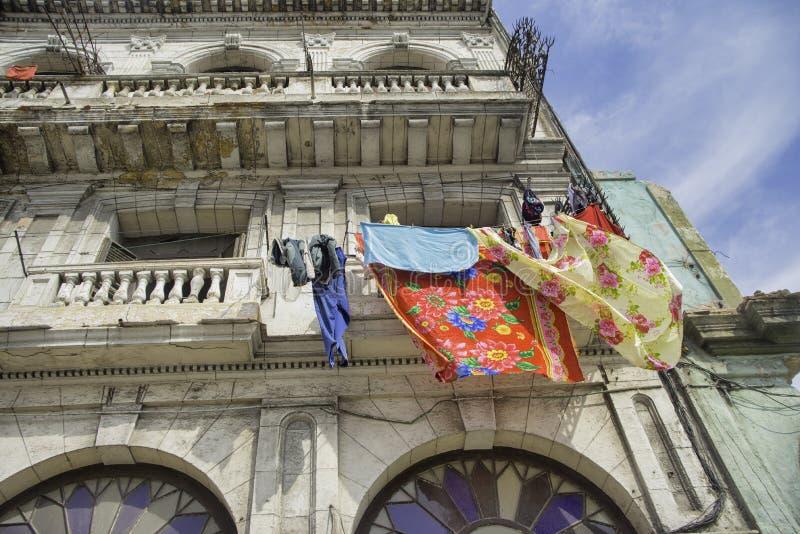 Balcones viejos coloridos del edificio de La Habana imagen de archivo libre de regalías