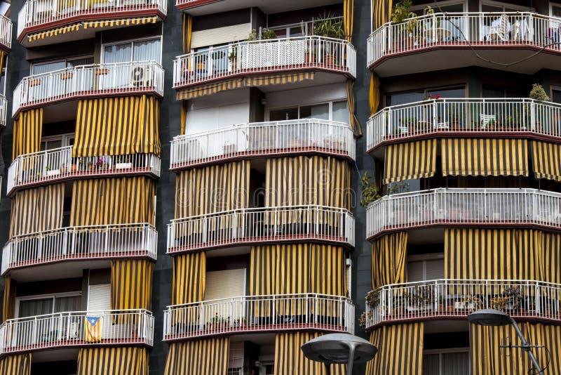 Balcones y terrazas con las tiras del amarillo de los toldos fotografía de archivo