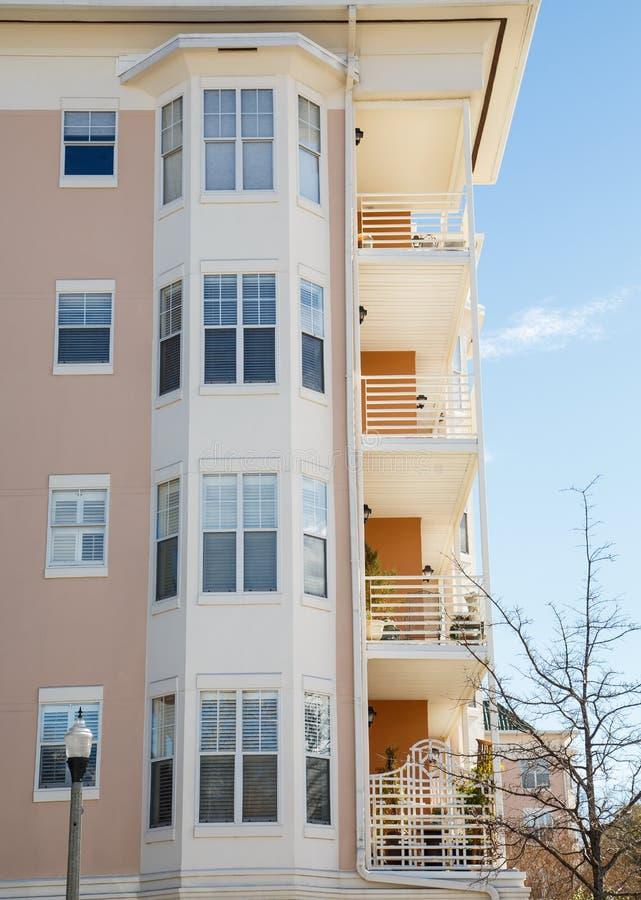 Balcones y ventanas saledizas fotos de archivo