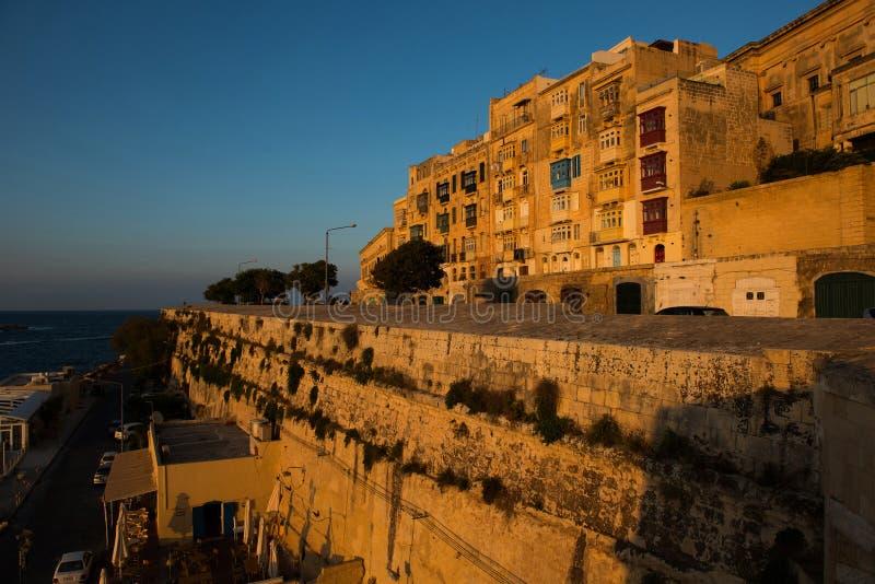 Balconi di La Valletta, alle luci di sera fotografie stock libere da diritti