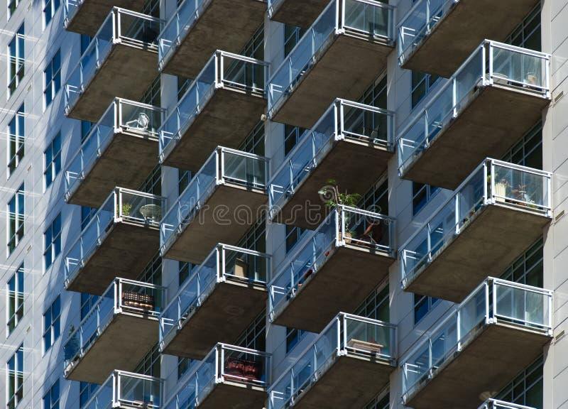Balconi di vetro dal lato di un edificio alto fotografia stock libera da diritti