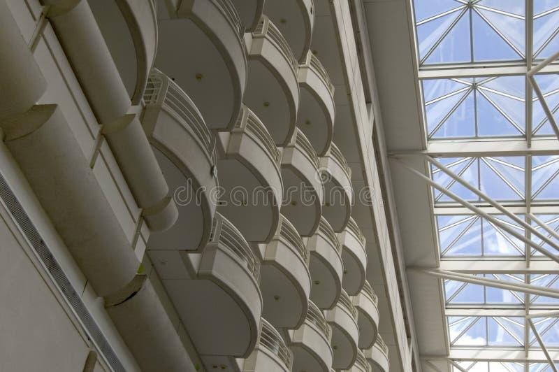 Balconi e lucernario dell'hotel fotografia stock libera da diritti