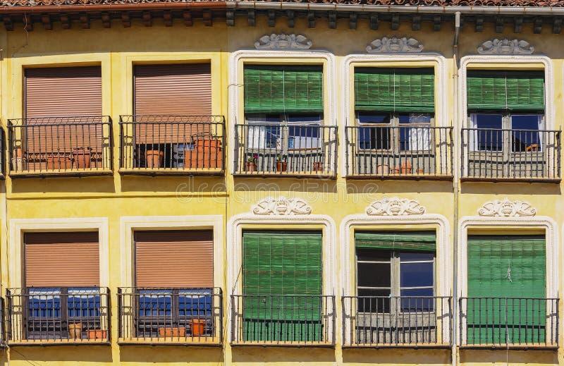 Balconi spagnoli tipici con i ciechi colourful fotografie stock libere da diritti
