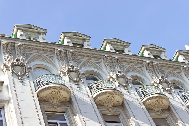 Balconi su vecchia costruzione decorata immagini stock