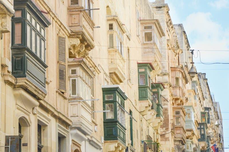 Balcons colorés traditionnels, La Valette, Malte image libre de droits