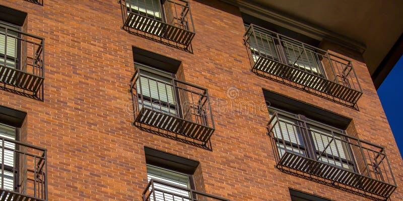 Balcons d'un immeuble de brique rouge photo stock