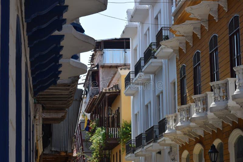 Balcony& numeroso x27; s na cidade velha Cartagena fotografia de stock royalty free