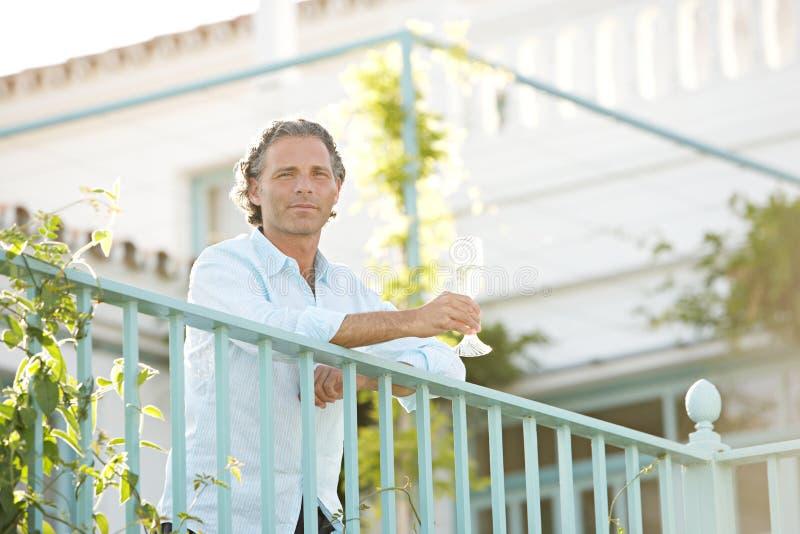 balcoy的人在别墅。 免版税图库摄影