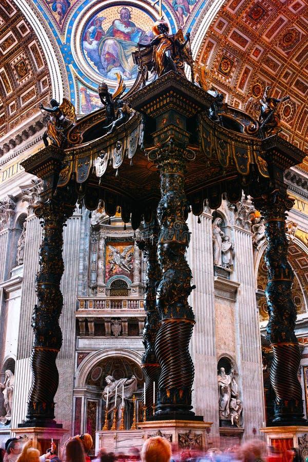 Baldacchino de Bernini dans le saint Peter Basilica image stock