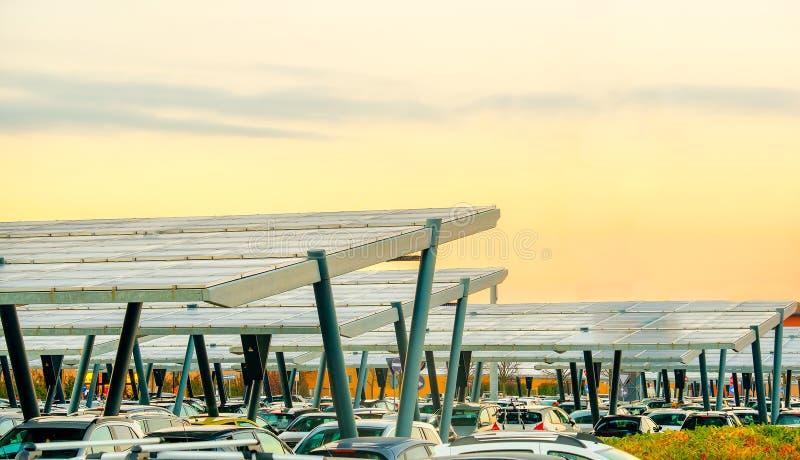 Baldacchino di parcheggio del pannello solare fotografia stock