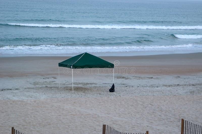 Baldacchino vuoto sulla spiaggia