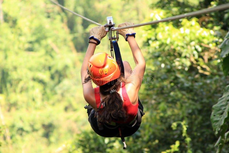 Baldachimu zamka błyskawicznego futrówki tirolesa w Costa Rica wycieczki turysycznej Pięknej dziewczynie obrazy royalty free