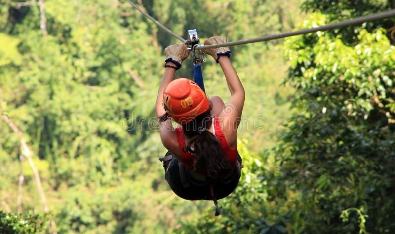 Baldachimu zamka błyskawicznego futrówki tirolesa w Costa Rica wycieczki turysycznej Pięknej dziewczynie obrazy stock