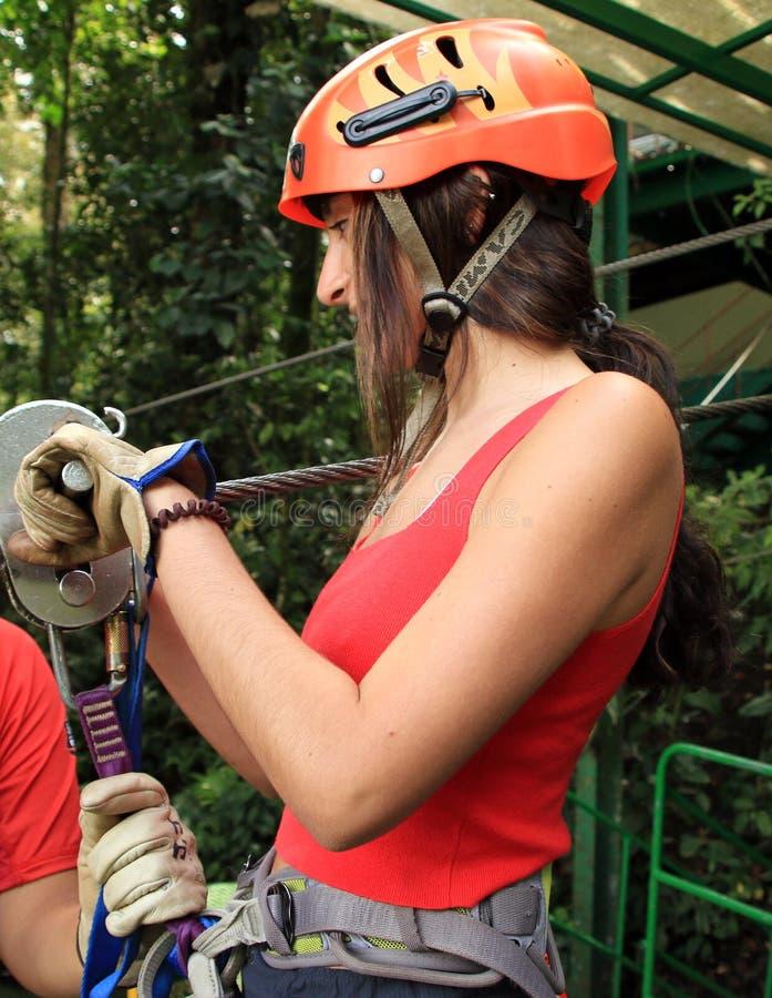 Baldachimu zamka błyskawicznego futrówki tirolesa w Costa Rica wycieczki turysycznej Pięknej dziewczynie fotografia royalty free
