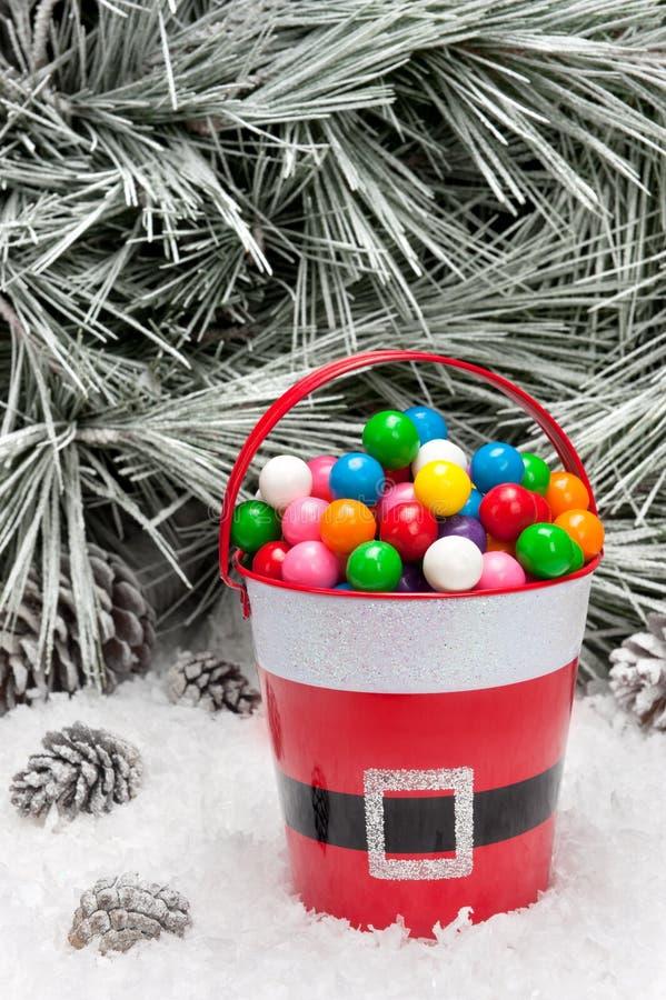 Balde decorativo de gumballs do Natal fotos de stock royalty free