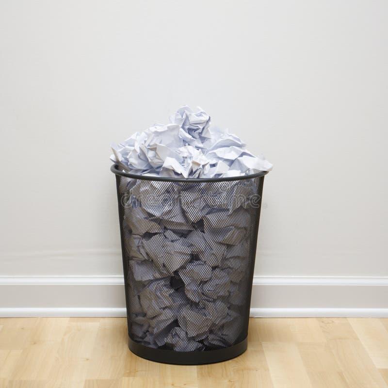 Balde do lixo cheio. fotos de stock royalty free