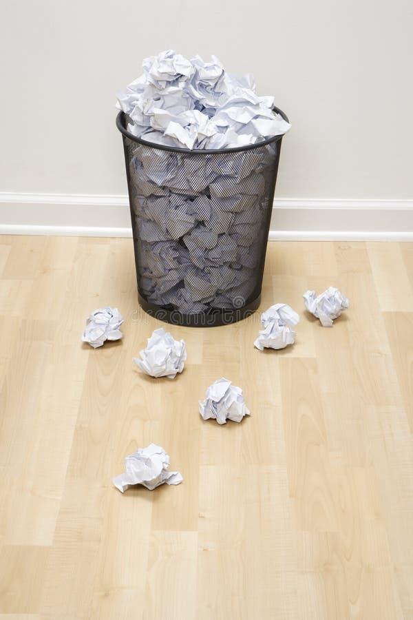 Balde do lixo e papel. imagem de stock royalty free