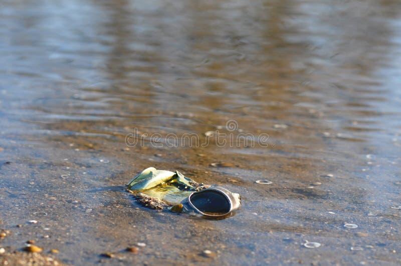 Balde do lixo na praia fotografia de stock royalty free