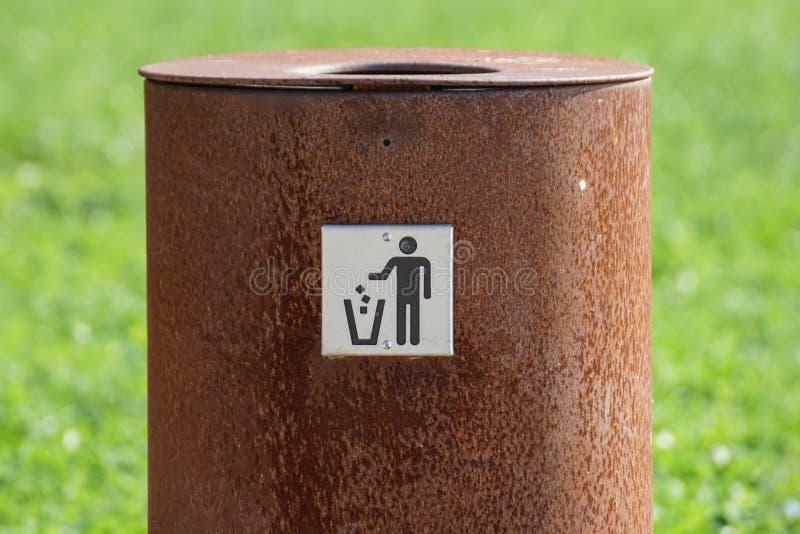 Balde do lixo na rua no parque perto da estrada e da grama de pedra Escaninho limpo imagens de stock
