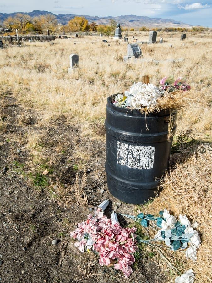 Balde do lixo no cemitério fotos de stock royalty free