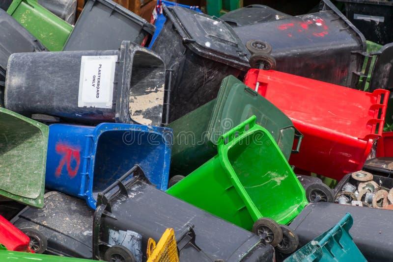 Baldes do lixo coloridos Muitas latas de lixo plásticas no desperdício que espera para ser reciclado fotografia de stock royalty free