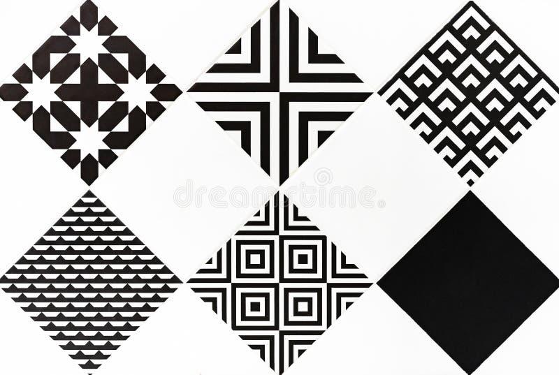 Baldosas cer?micas con los ornamentos blancos y negros Fondo y textura de baldosas cer?micas imagen de archivo libre de regalías