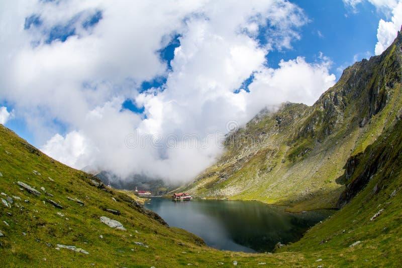 Balea冰川湖,在罗马尼亚喀尔巴阡山脉的Fagaras山的Transfagarasan路 库存照片