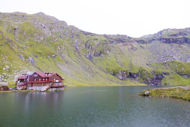 Balea cabana od Fagaras góry i jezioro, zdjęcie stock