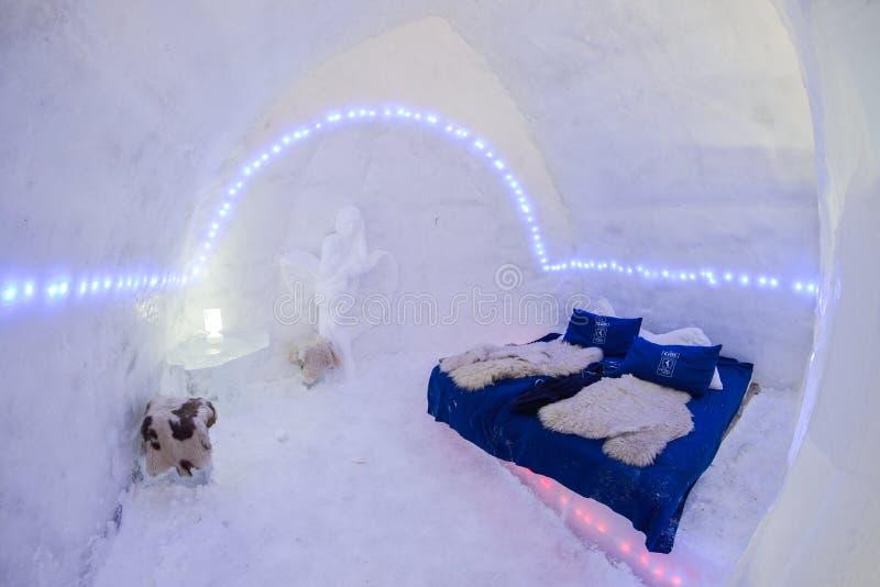 BALEA, ROMÊNIA - 27 de janeiro de 2017 - congelam o hotel no lago congelado nas montanhas de Fagaras, Romênia Balea foto de stock