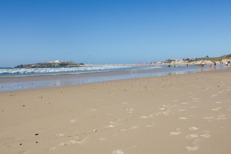 Baleal Long Beach en la marea baja y el pueblo de Baleal (Peniche, Portugal) por la tarde foto de archivo
