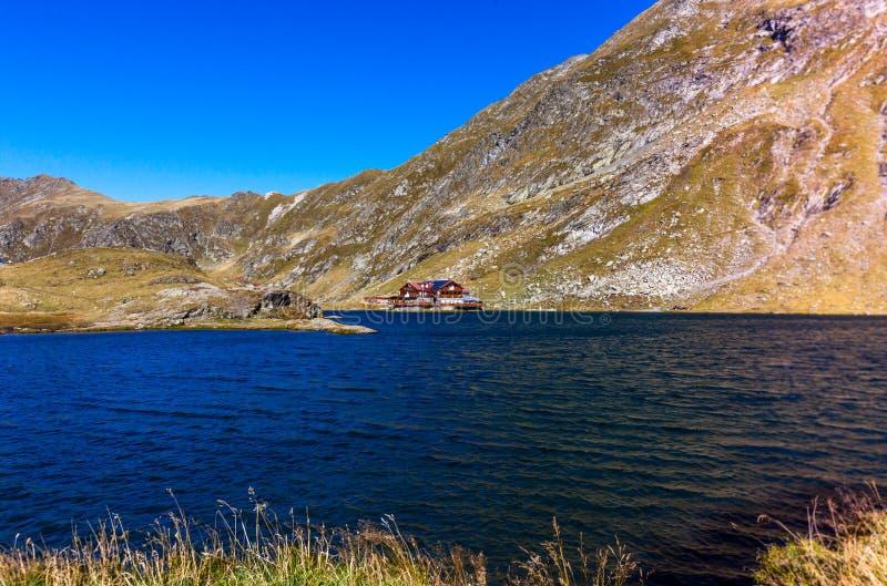 Baleameer in de Karpatische Bergen, Rode cabine door het meer stock afbeelding