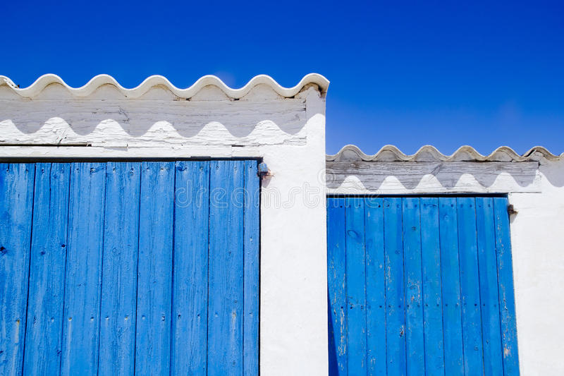 balearic blåa vita dörröar för arkitektur royaltyfri bild