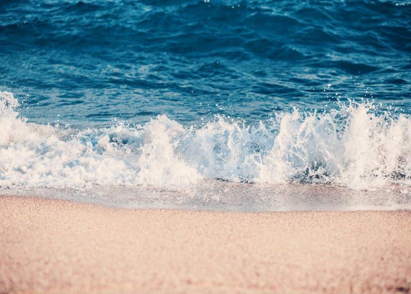 Balearic morze w Hiszpania Miękkiej części fala błękitny ocean na piaskowatej plaży Tło Selekcyjna ostrość Lato natury plenerowa  zdjęcie stock
