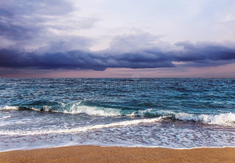 Balearic morze w Hiszpania Miękkiej części fala błękitny ocean na piaskowatej plaży Tło Selekcyjna ostrość Lato natury plenerowa  zdjęcie royalty free