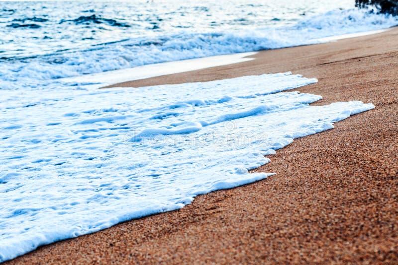 Balearic morze w Hiszpania Miękkiej części fala błękitny ocean na piaskowatej plaży Tło Selekcyjna ostrość Lato natury plenerowa  fotografia royalty free