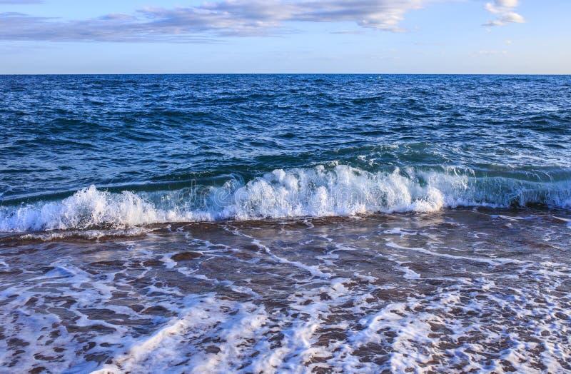 Balearic morze w Hiszpania Miękkiej części fala błękitny ocean na piaskowatej plaży Tło Selekcyjna ostrość Lato natury plenerowa  obraz royalty free