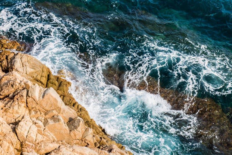 Balearic morze w Hiszpania Miękkiej części fala błękitny ocean na piaskowatej plaży Tło Selekcyjna ostrość Lato natury plenerowa  obraz stock