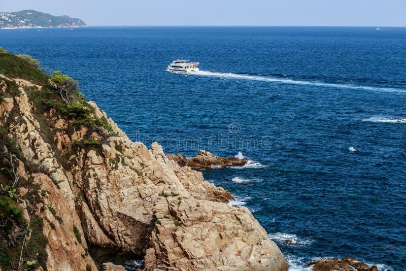 Balearic morze w Hiszpania Miękkiej części fala błękitny ocean na piaskowatej plaży Tło Selekcyjna ostrość Lato natury plenerowa  obrazy stock