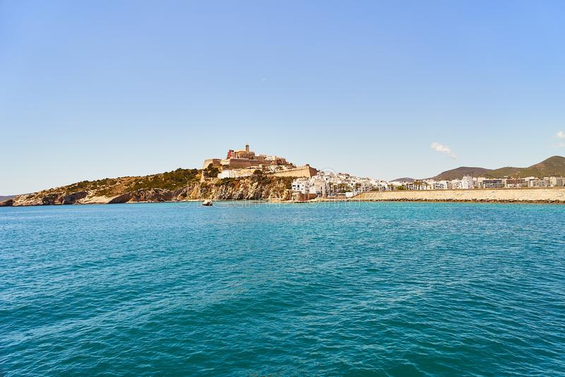 Balearische Spanien alte Stadtansicht Ibiza von der Küste lizenzfreies stockfoto